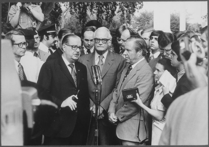 Infromal_press_conference_following_a_meeting_between_Congressmen_and_the_President_to_discuss_Watergate_matters